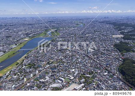 郊外の住宅地から都心を望む・京王稲田堤上空周辺・空撮 80949676
