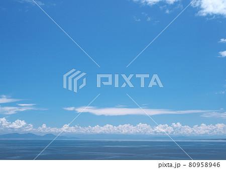 夏日の有明海紺碧の空と海浮かぶ白い雲 80958946