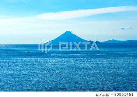 南大隅町から眺めた鹿児島湾に浮かぶ開聞岳の絶景 80961461