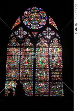 ノートルダム大聖堂 ステンドグラスと人影 80967578