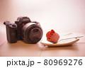 カメラとピンクのバラのお菓子 80969276