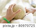 入院する患者が持つお見舞いのメロン 80970725