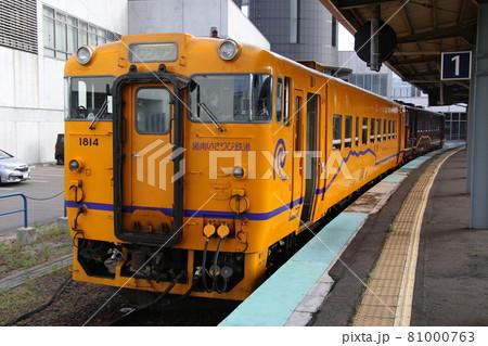 【道南いさりび鉄道】函館駅で発車を待つ、山吹色と濃緑色のディーゼルカー 81000763