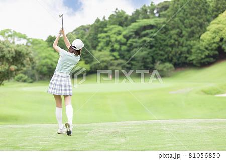 ゴルフを楽しむ女性 ティーグランド 81056850