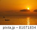 有明海の夜明けの風景 81071834