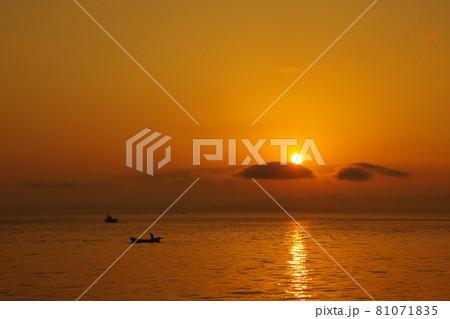 有明海の夜明けの風景 81071835
