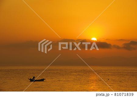 有明海の夜明けの風景 81071839