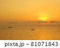 有明海の夜明けの風景 81071843