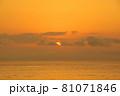 有明海の夜明けの風景 81071846