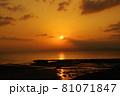 有明海の夜明けの風景 81071847