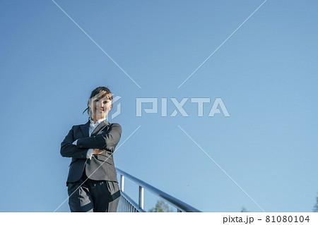 青空とビジネスウーマン(腕組み) 81080104
