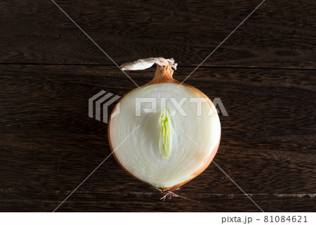 木のテーブルの上の半分に切った玉ねぎ 81084621