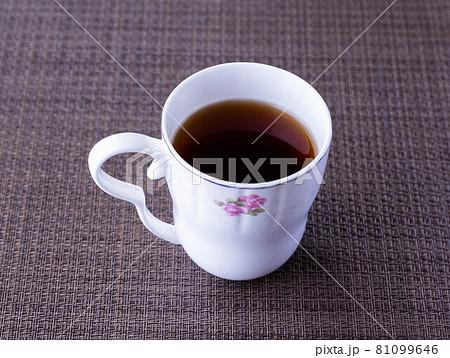 自宅でコーヒーをいれてまったりのんびりコーヒーブレイク 81099646