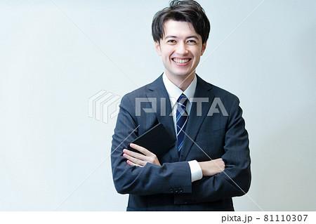 腕を組むポーズをする若手ビジネスマン 81110307
