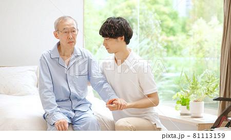 ヘルパーのサポートを受ける高齢の男性 81113159