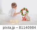 クリスマスに降り立った白い羽の赤ちゃん天使 81140984