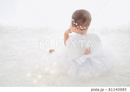 白い羽の赤ちゃん天使 81140985