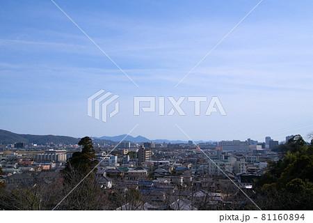 法界院から見た早春の晴れた空と岡山市の街並み 岡山県岡山市北区 81160894