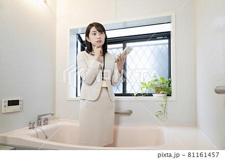 バスルームのリフォームの見積もりをする営業ウーマン 81161457