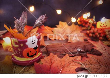 ジャックランタンと落ち葉と薪 ハロウィンイメージ 81169055