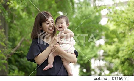 公園を散歩する赤ちゃんとお母さん 81169619