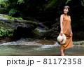 自然豊かな川で観光レジャーを楽しむ旅行者の女性 81172358
