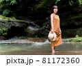 自然豊かな川で観光レジャーを楽しむ旅行者の女性 81172360