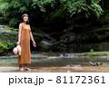 自然豊かな川で観光レジャーを楽しむ旅行者の女性 81172361
