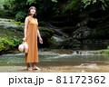 自然豊かな川で観光レジャーを楽しむ旅行者の女性 81172362