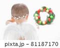 クリスマスリースを見つめる白い羽の赤ちゃん天使 81187170