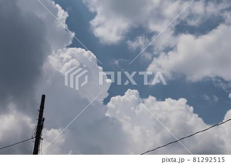 もくもくの夏雲と電柱と電線と白い雲と灰色の雲と青空 81292515