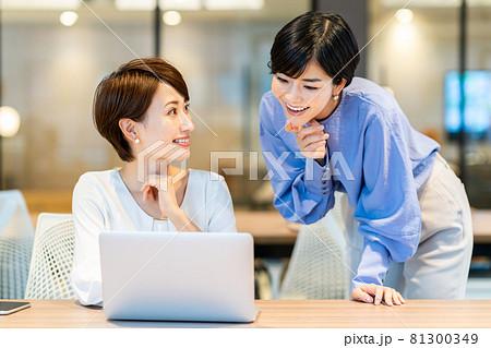 オフィスで働く2人の女性。撮影協力:WEEK芝大門(サンフロンティア不動産) 81300349
