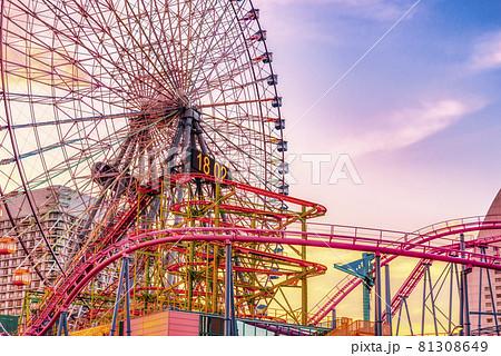 横浜の都市風景 夕焼けと観覧車とジェットコースター 81308649
