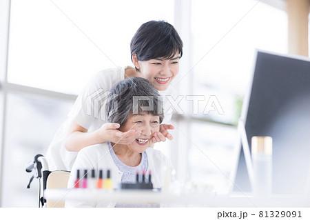 介護 メイクセラピー メイクをしてもらっているシニア女性 81329091