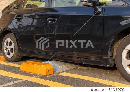 時間貸し駐車場の自動車の出庫を制限する制止板 81330704