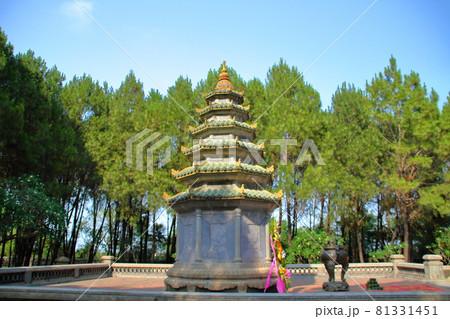 ベトナム中部の世界遺産の街フエ 郊外のティエンムー寺の石碑 81331451