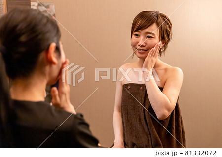 エステサロンでカウンセリングを受ける女性(お肌) 81332072