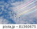 5色のカラースモークを出して飛行する展示飛行する航空自衛隊アクロバットチーム ブルーインパルス 81360675