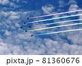 5色のカラースモークを出して飛行する展示飛行する航空自衛隊アクロバットチーム ブルーインパルス 81360676