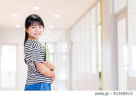 小学生の女の子 撮影協力:中央工学校附属日本語学校 81368013