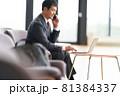 PCを見ながら通話をするビジネスマン 81384337