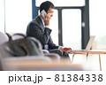 PCを見ながら通話をするビジネスマン 81384338
