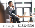 座って通話をするビジネスマン 81384339