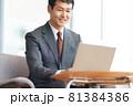 ノートPCで仕事をするビジネスマン 81384386