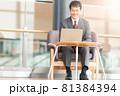 ノートPCでビデオ通話をするビジネスマン 81384394