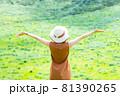 緑豊かな自然の中で旅行を楽しむ女性 81390265