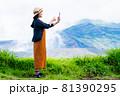緑豊かな自然の中で旅行を楽しむスマホを持った女性 81390295
