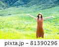 緑豊かな自然の中で旅行を楽しむ女性 81390296