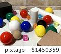白黒_色_形_配置のランダムな幾何形体005 81450359