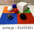白黒_色_形_配置のランダムな幾何形体007 81450361